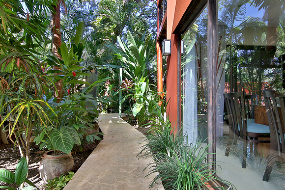 Entry way to private side yard